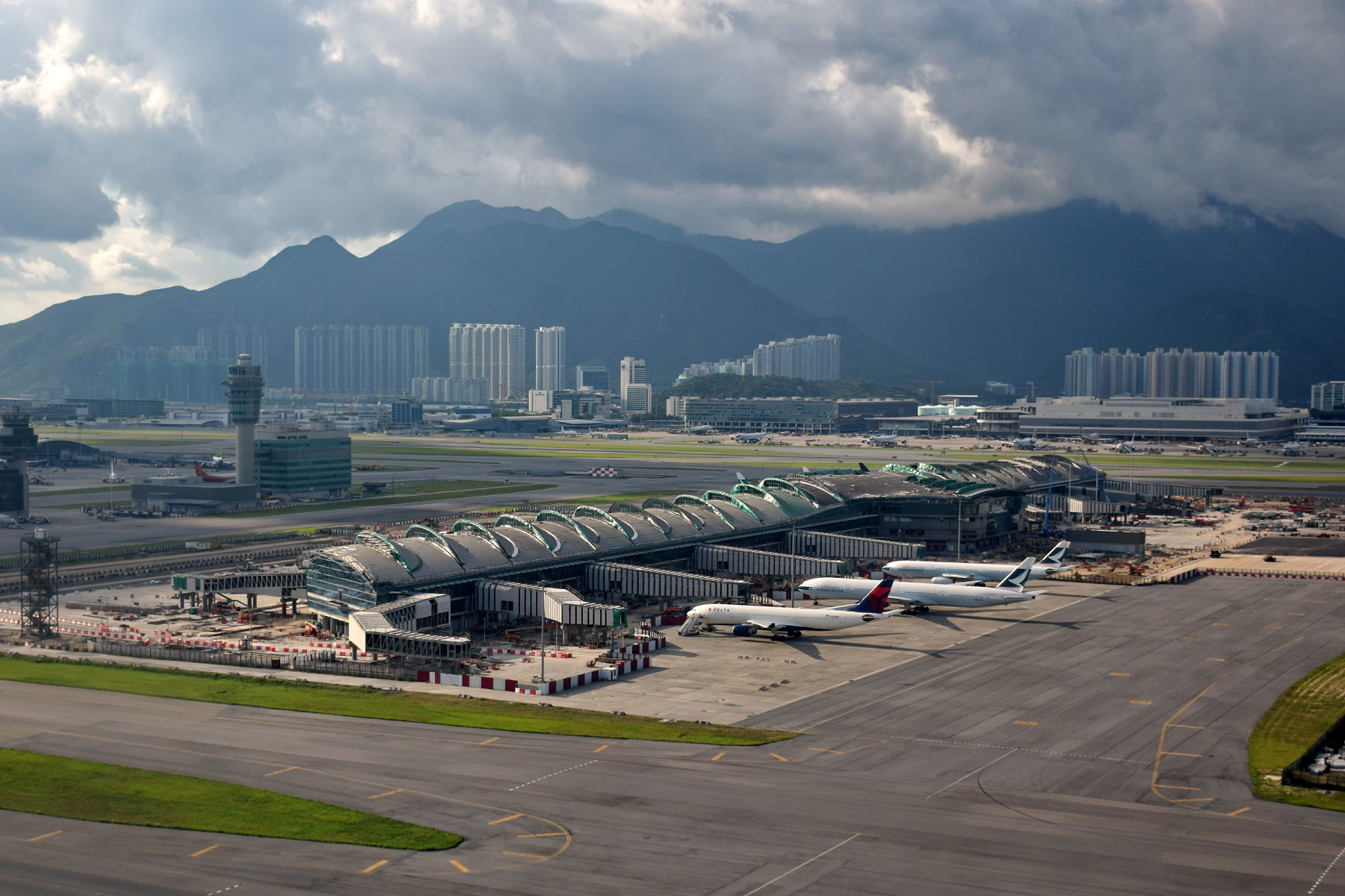 Hong_Kong_International_Airport_Midfield_Concourse.jpg