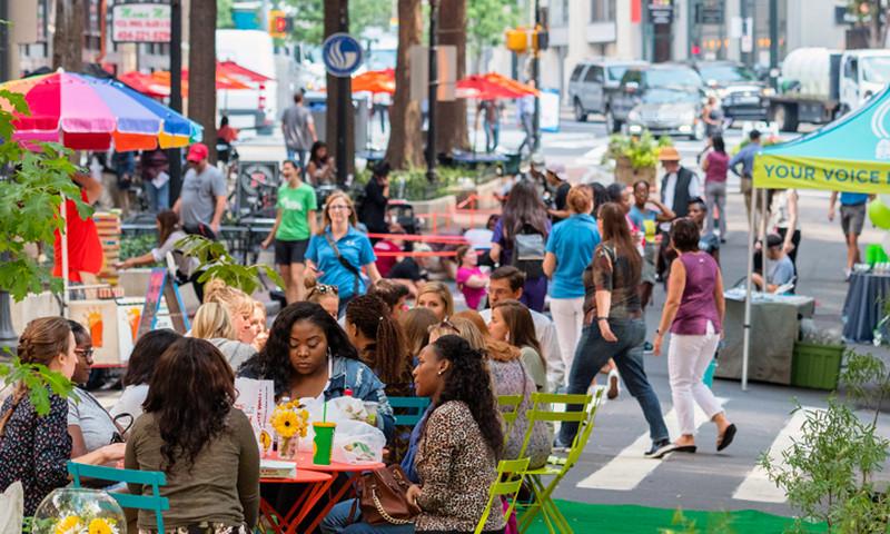 Busy day at Fairlie Poplar district. (Gene Phillips, AtlantaPhotos.com)