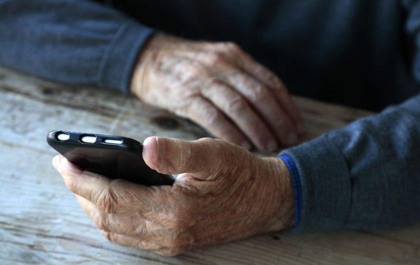 メインビジュアル : 研究結果:高齢者とAIチャットボットの会話が弾むのは、会話の内容が深いとき