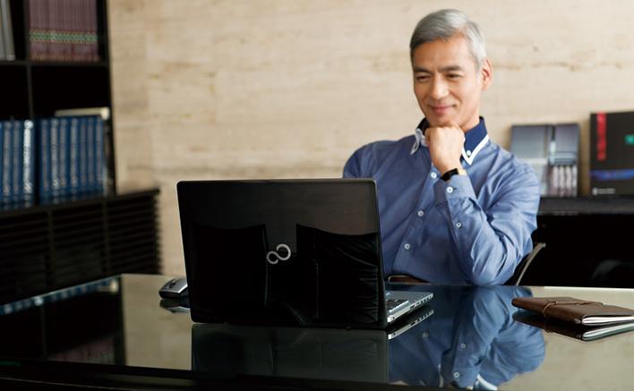 メインビジュアル : 大人世代のことを考えて設計された使う人にやさしい大人のパソコン