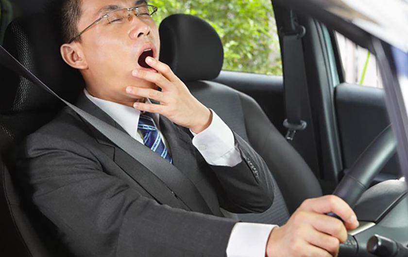 メインビジュアル : お見通しです、ドライバーの睡魔。センサーで、眠気の予兆を検知